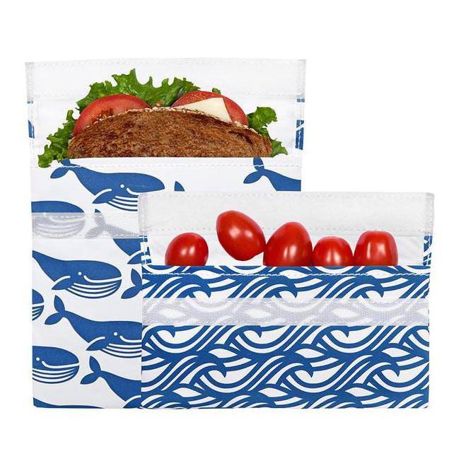 Sandwich Bags BLUE WHALE mit Klettverschluss, 2er-Set. Wiederverwendbare Lunchtüten mit Klettverschluss - Modell mit Wal- und Wellen-Print.