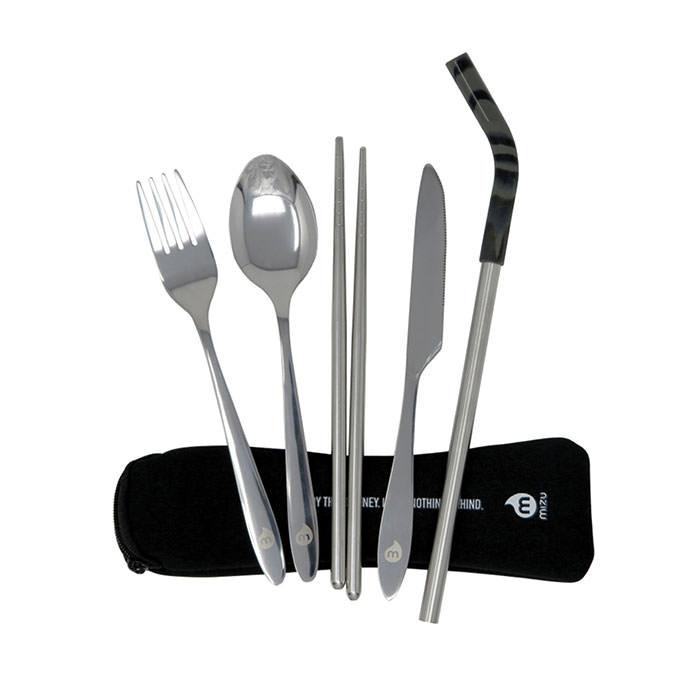Besteckset 6-teilig von MIZU. Das Cuterly Set von MIZU besteht aus Gabel, Löffel, Messer, Strohhalm und Ess-Stäbchen im Neopren-Etui mit Reißverschluss.