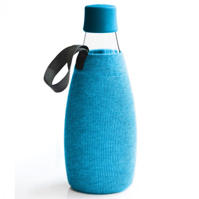 Blaue Schutz- und Transporthülle aus Baumwolle mit praktischer Trageschlaufe für die Design-Trinkflasche 0,8 Liter von Retap.