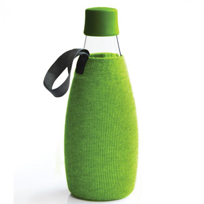 Grüne Schutz- und Transporthülle aus Baumwolle mit praktischer Trageschlaufe für die Design-Trinkflasche 0,8 Liter von Retap.