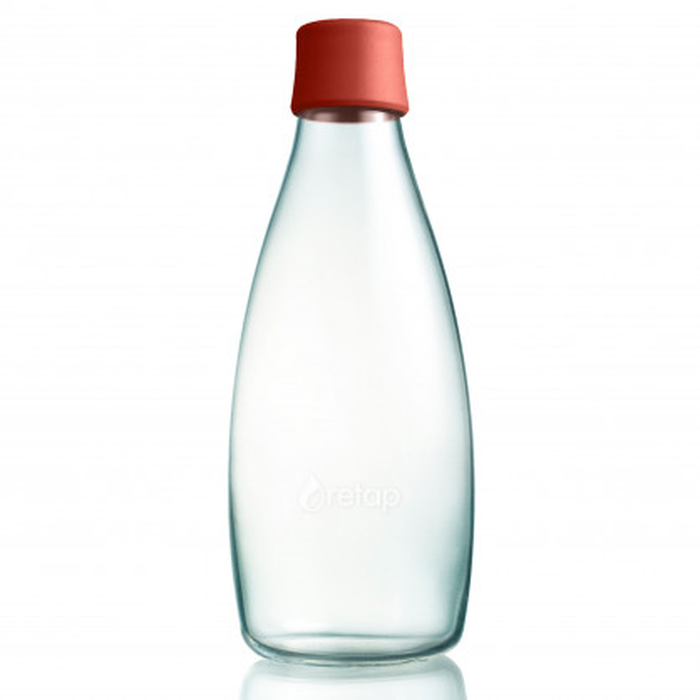 Retap Trinkflasche 08 mit Deckel in dusty red. Die 0,8 Liter Trinkflasche aus Glas mit dunkelrotem Deckel.