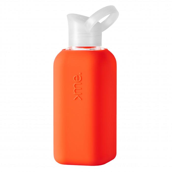 Die Design Trinkflasche Squireme aus Glas mit Silikonüberzug in neon coral. Trinkflasche aus Borosilikatglas. Fassungsvermögen 0,5 Liter. Mit Tragering am Deckel.