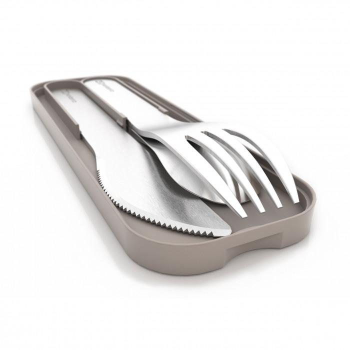 Besteckset MB POCKET von monbento. Das Besteck Set besteht aus Gabel, Löffel und Messer in Edelstahl mit hellgrauem Etui.