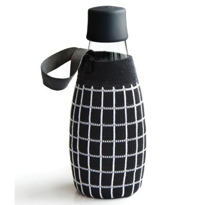 Schwarze Schutz- und Transporthülle mit weissem Gittermuster aus Baumwolle mit praktischer Trageschlaufe für die Design-Trinkflasche 0,5 Liter von Retap.