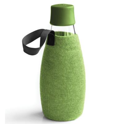 Grüne Schutz- und Transporthülle aus Baumwolle mit praktischer Trageschlaufe für die Design-Trinkflasche 0,5 Liter von Retap.