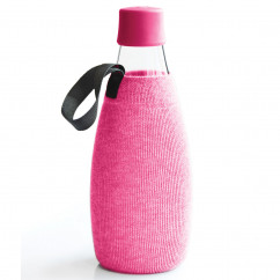 Pinke Schutz- und Transporthülle aus Baumwolle mit praktischer Trageschlaufe für die Design-Trinkflasche 0,8 Liter von Retap.